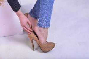 頭痛、女性に多い偏頭痛の原因は?靴や服装も原因?