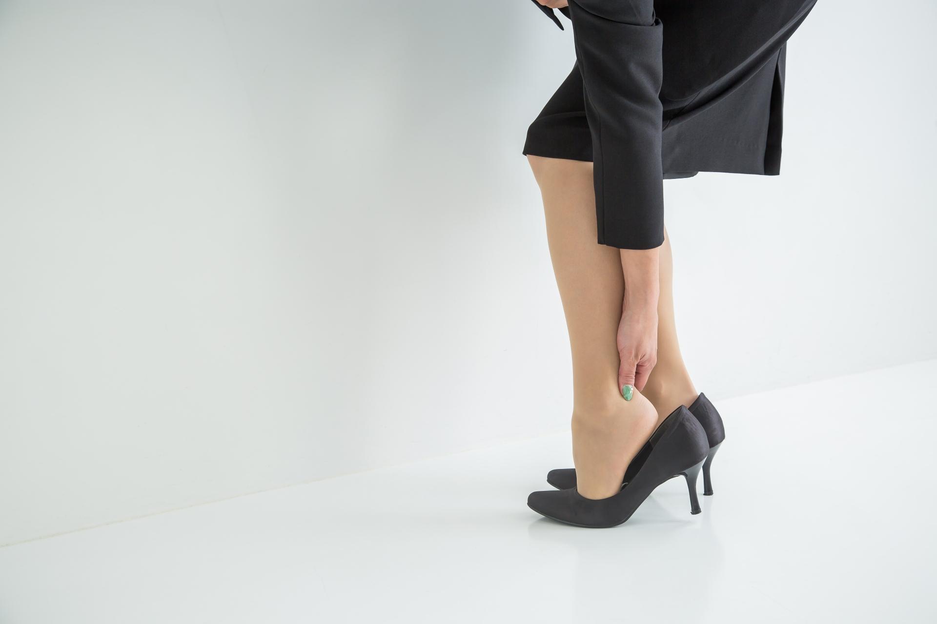 ハイヒールやパンプスを普段履きにするのは、もうやめにしないか…。